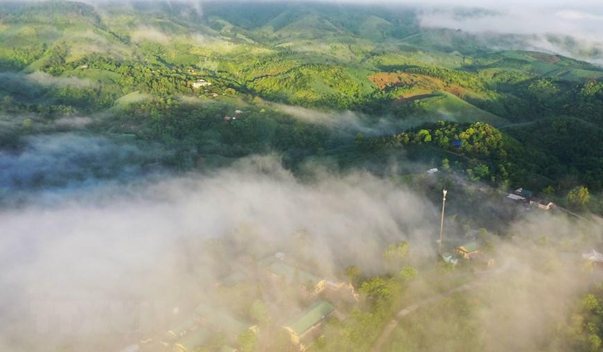Sương bồng bềnh bao phủ lên bản làng Pa Nang. (Ảnh: Hồ Cầu/TTXVN)