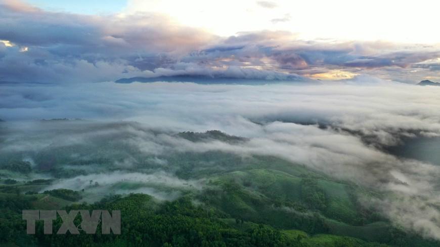 Sương bồng bềnh bao phủ lên núi rừng Pa Nang. (Ảnh: Hồ Cầu/TTXVN)
