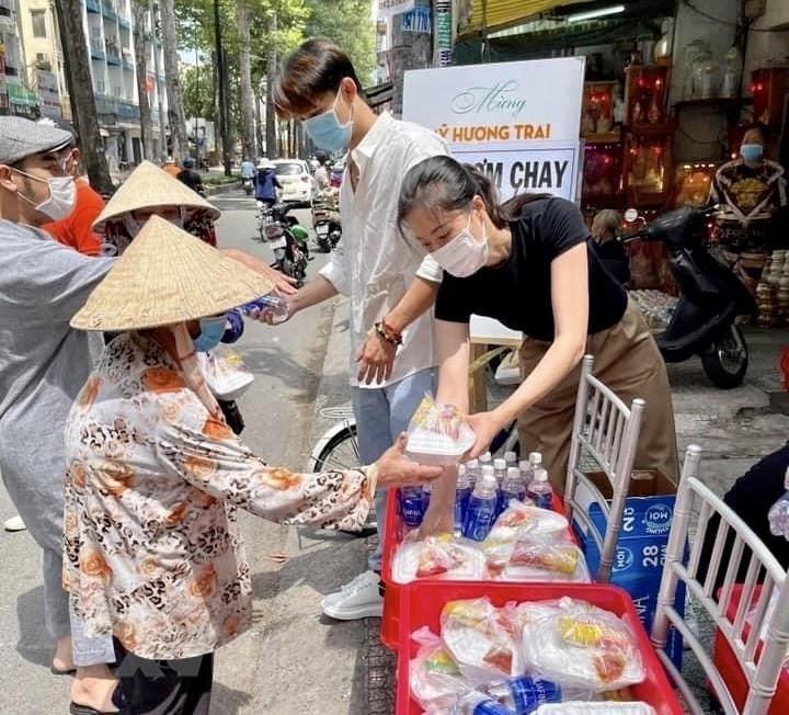 Video] Tranh cãi chuyện phát cơm từ thiện cho người sơn móng tay | Xã hội |  Vietnam+ (VietnamPlus)