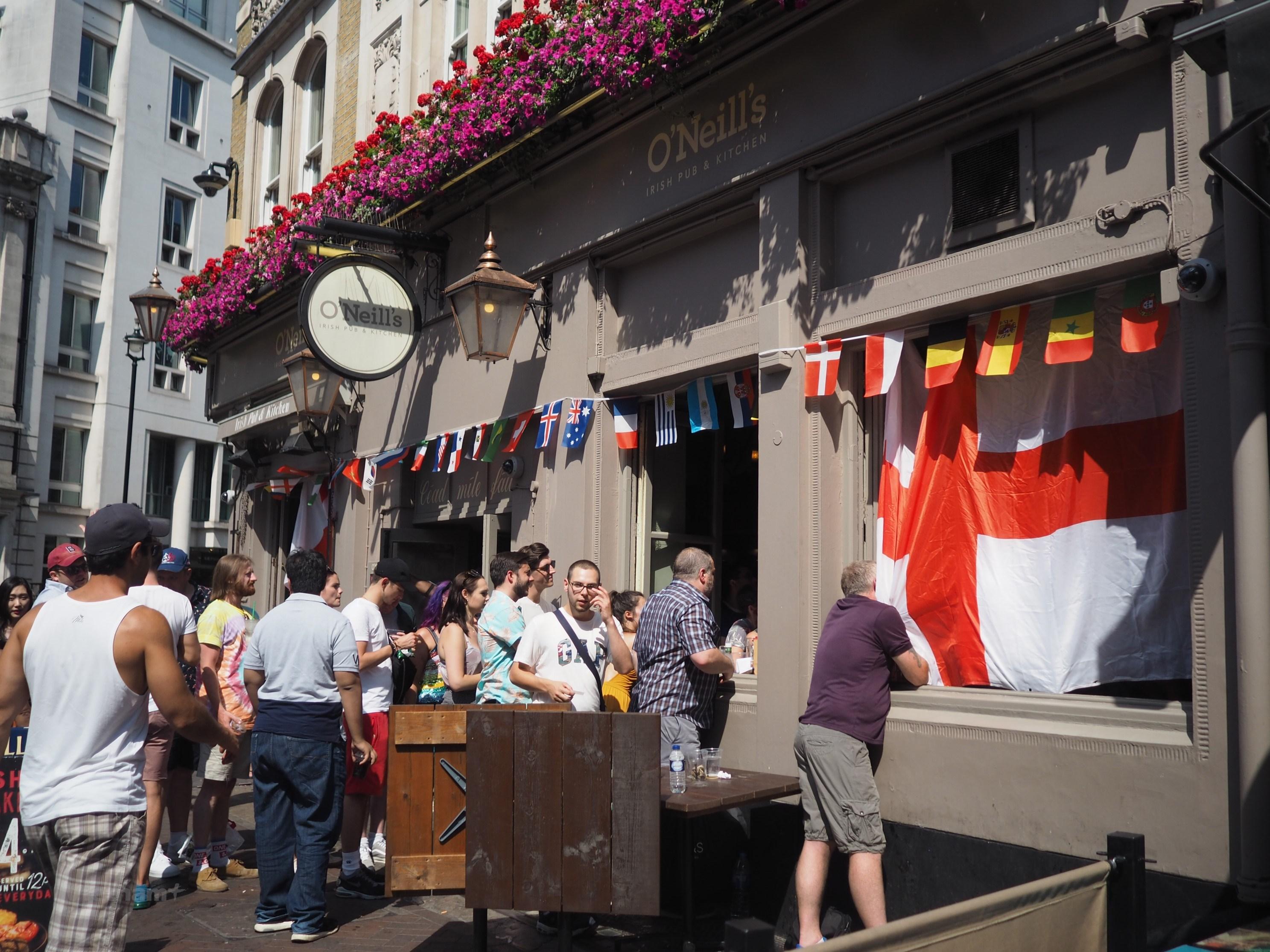 Kết quả hình ảnh cho Các quán pub ở London sôi động với trận ra quân của tuyển Anh