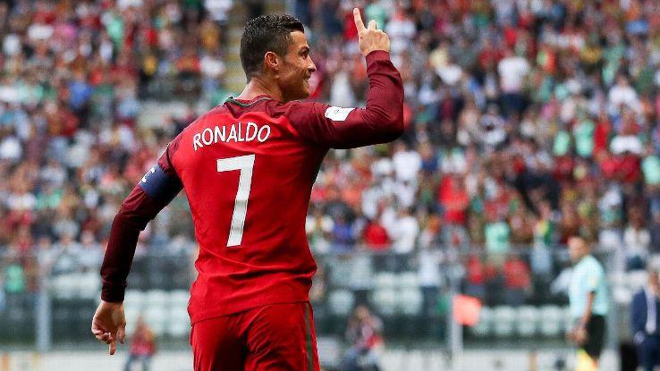 Cận cảnh Ronaldo lập hat-trick, giúp Bồ Đào Nha thắng hủy diệt | Bóng đá | Vietnam+ (VietnamPlus)