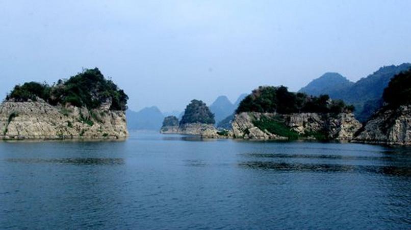 Hồ Hòa Bình - 'Vịnh Hạ Long' độc đáo trên núi cao vùng Tây Bắc   Điểm đến   Vietnam+ (VietnamPlus)