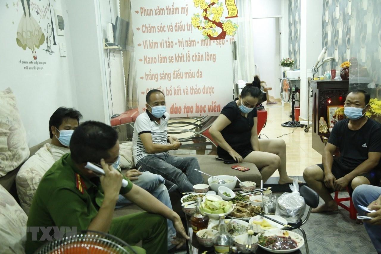 Bắt giữ đối tượng giả danh cảnh sát lừa đảo, ăn nhậu trong mùa dịch | Pháp luật | Vietnam+ (VietnamPlus)